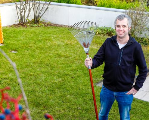 Den Platz genutzt: Janis Schröer, Juniorchef des Elektrobetriebes Schröer-Beckhaus, hat sich und seiner Familien ein kleines Gartenparadies aufs Werkstatt-Dach gezaubert.
