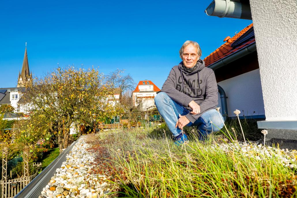 Das Flachdach seines Vorbaus hat sich Dirk Furch vor fünf Jahren begrünen lassen – als Dämmung und Augenweide.
